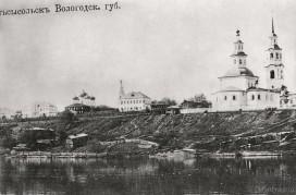 Троицкий собор и улица Набережная с другого берега