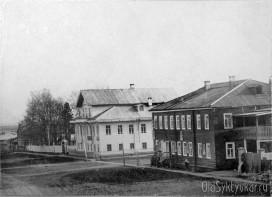Перекресток улиц Трехсвятительская и Спасская