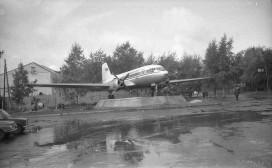 Памятник самолету Ил-14 у здания аэровокзала