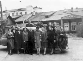 Сотрудники Академии наук на фоне здания горвоенкомата